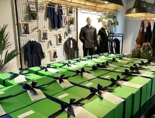 Gemeente Apeldoorn neemt feestelijke bedrijfskleding pakketten in ontvangst